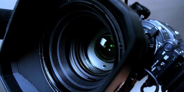 Le réalisateur de film peut être derrière la caméra
